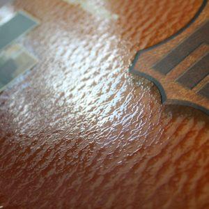 UV Glanzlack auf Mattfolie, als Nachahmung von Leder.